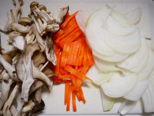 和風スパゲッティの野菜を切る