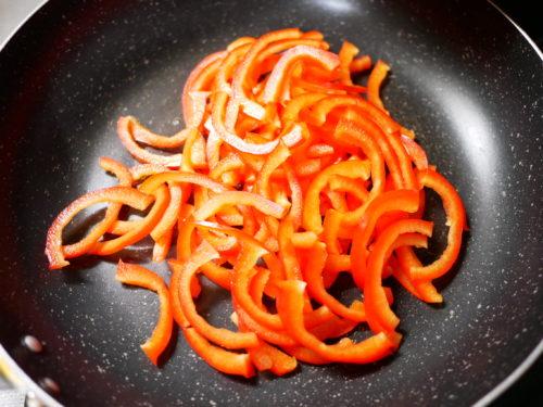 赤パプリカを炒める
